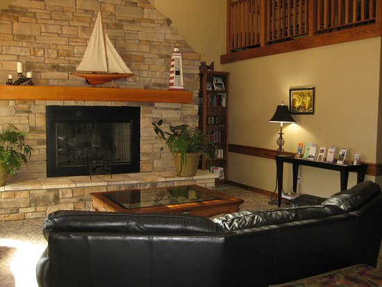 AmericInn Lodge & Suites Charlevoix: It feels like you have come home when you enter the lobby.