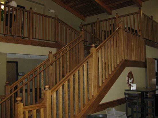 AmericInn Lodge & Suites Charlevoix: No elevators, but staircase is lovely.