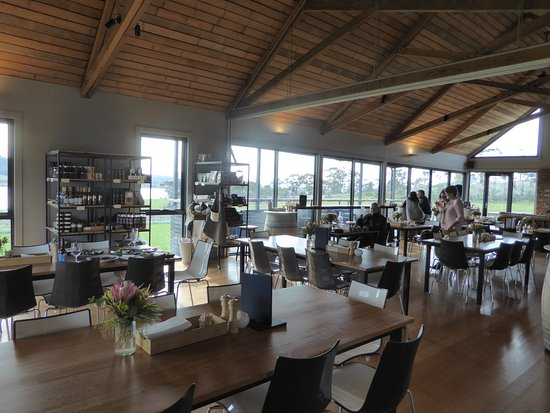 Dunalley, Austrália: Cosy interior in winter and outside seating in summer overlooking the vineyard