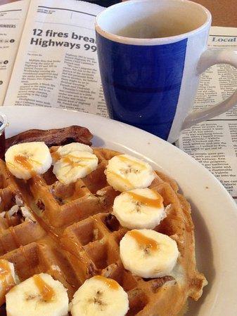 Clovis, Kaliforniya: Caramel Banana Pecan Waffle Combo