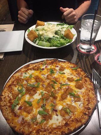 Fairfax County, Wirginia: Caesar Salad and Spicy BBQ Chicken Pizza