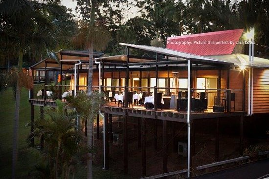 Pasfields Restaurant, Bar & Deck: Panoramic Coffs Harbour hilside views inside and out