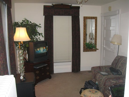 Hardy's Bed and Breakfast Suites: The living room