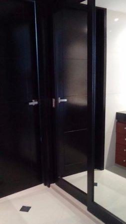 ocean dream puerta entrada al bao los espejos son el closet frente a los