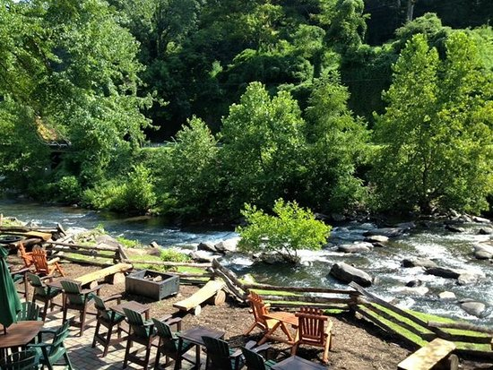 Robbinsville, Carolina del Norte: This is the view for the restaurant outside seating. Very peaceful.
