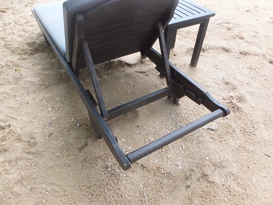 Nang Thong Beach Resort 2: Upright struts on this sunbed are not attached to a cross piece could easily collapse and injure