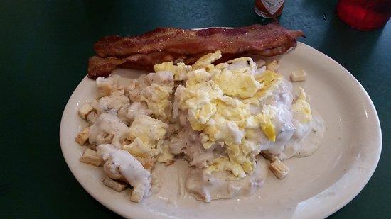 Jefferson City, Миссури: Butcher's Wife:  Biscuit & gravy, potato's, eggs with bacon.