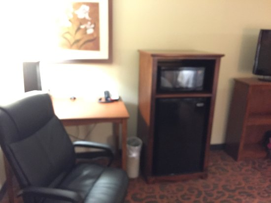 Hampton Inn & Suites Brenham: Nice room but worn carpet