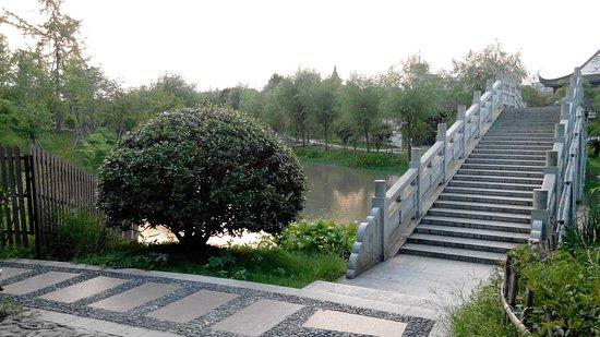 Taizhou, China: Дорожки в парке у подножия горы