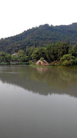 Taizhou, Kina: Озера с мостами в парке