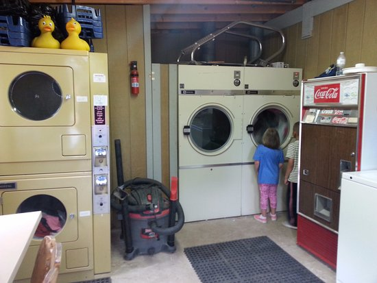 Cascade, CO: Lone Duck Laundry Room (I recommend the dryer on the far right that my kids are watching intense