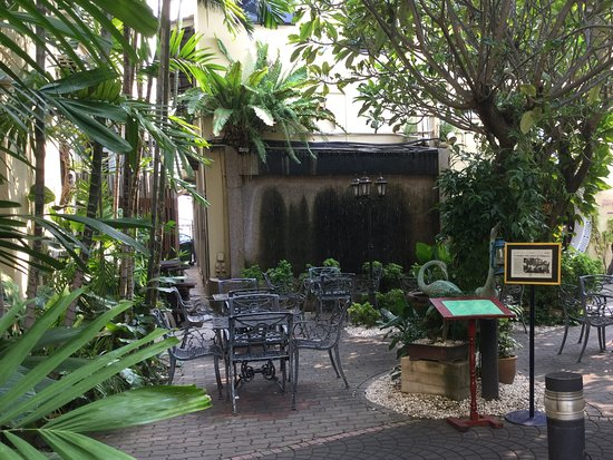 Hotel Puri: Quaint little garden area to dine.