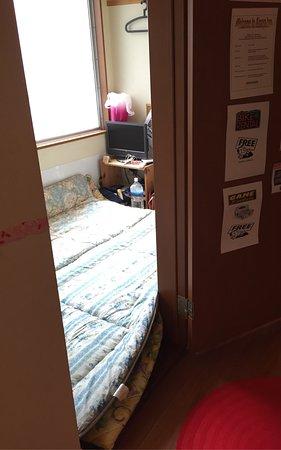 Aizuya Inn: Como se puede apreciar dos futones no saben en su habitación para dos personas, una estafa en to