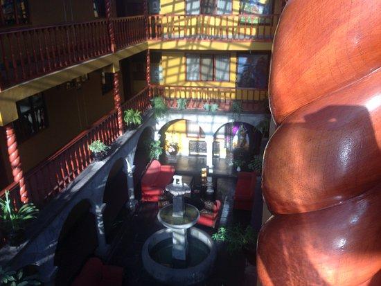 Hotel Munay Wasi: Internal atrium, dark colours