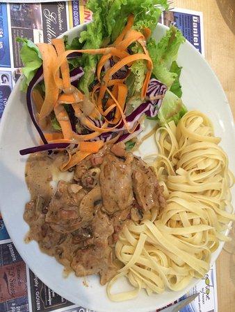 Glomel, France : Plat du jour : sauté de veau à là marsala avec tagliatelle et crudité ( choux rouge salade conco