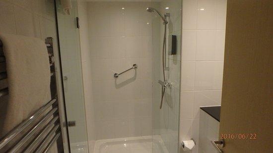 Staycity Aparthotels Laystall Street: Ensuite bathroom in twin-bed room