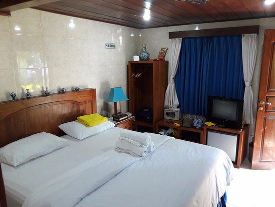 Kubu, Indonesia: Eenvoudige doch simpele kamer (Saphire)