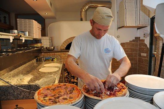 Prato allo Stelvio, Italia: Pizzabäcker in der Pizzeria Stern