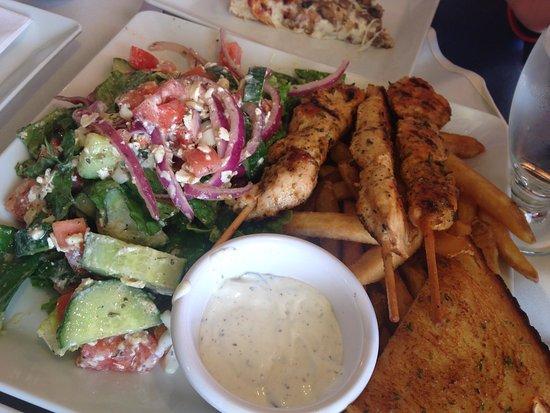 Hinton, كندا: pollo souvlaki, ensalada griega, pan de ajo y tzatziki