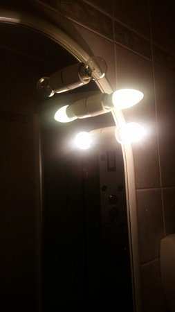 Trieste Hotel: 3 lamps in bathroom and 1 not work...