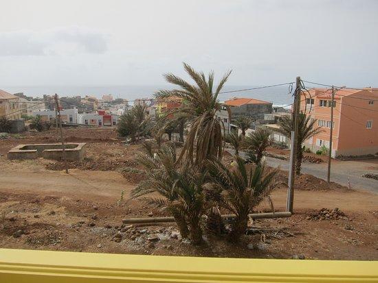 La vue du balcon de la chambre sur Ponta do Sol, pendant la saison sèche