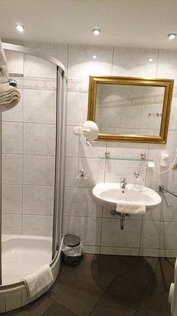 Hotel Reblingerhof: Kleines Bad Mit Eckdusche Und Kleinem Waschbecken