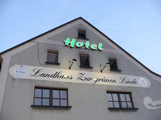 Grossschirma, Alemanha: Einladent die Hotelwerbung am Giebel