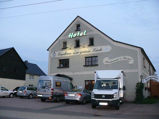 """Grossschirma, Alemanha: Der POarParkplatz vor, aber auch neben den Hotel weist auf """"gut gebucht"""" hin"""
