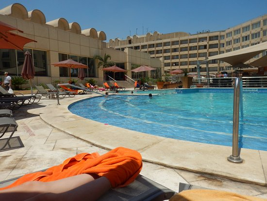 Le Meridien Pyramids Hotel & Spa: The big circle pool with center swim up bar