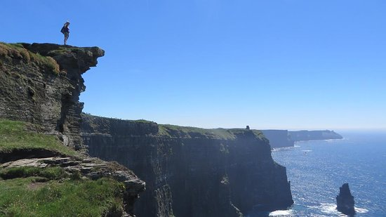 Doolin, Irlanda: Walking on the Cliff, just about...
