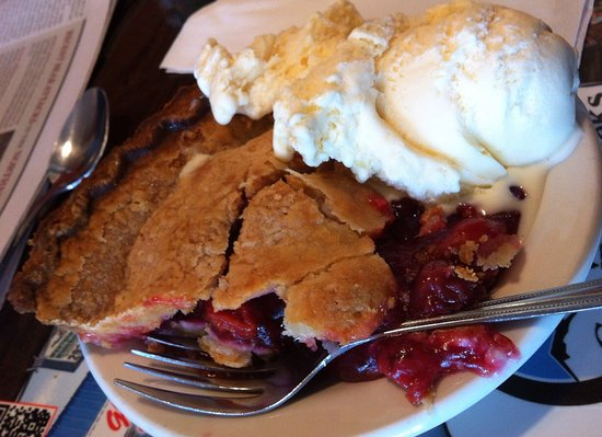 Libby, MT: Cherry pie with ice cream - I loved the crust!
