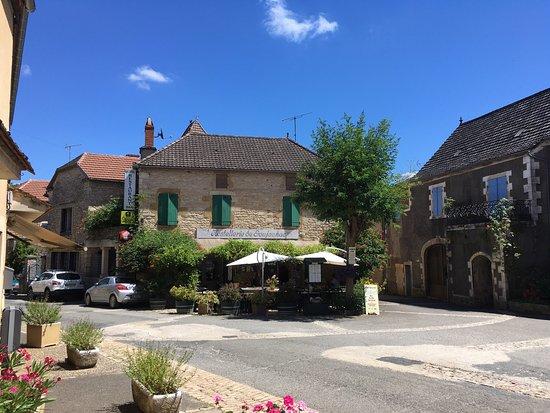 Hostellerie de Goujounac : Uitstekend adres voor lunch en diner. Menukaart in Frans, Nederlands en Engels.