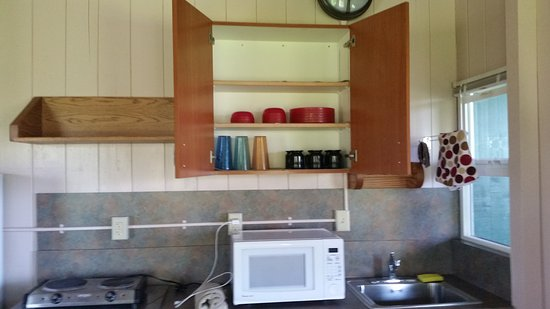 Waianapanapa State Park Cabins: Cups and dishes too
