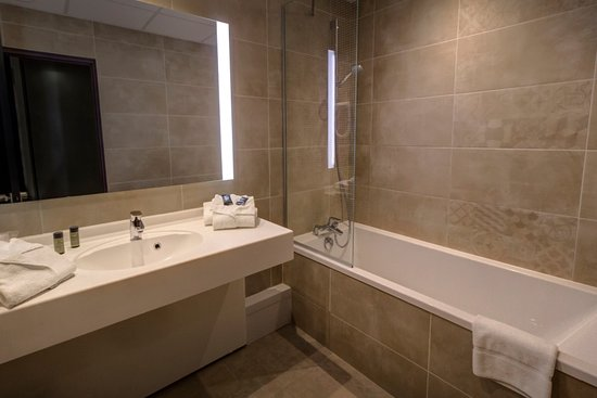 salle de bain avec baignoire photo de h tel arles plaza arles tripadvisor. Black Bedroom Furniture Sets. Home Design Ideas