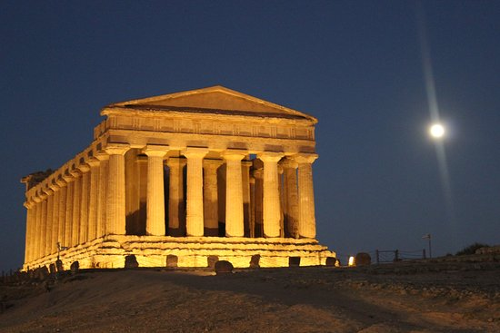 Valley of the Temples (Valle dei Templi): Valley of Temples and a full moon....Beautiful :)