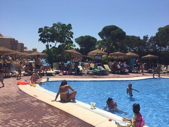 D a de toboganes en la piscina picture of barcelo punta for Toboganes para piscinas