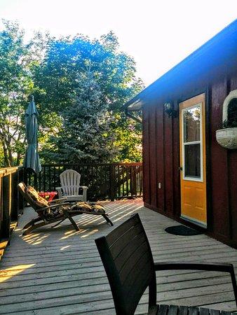Milford, Kanada: Deck on the Creekside Room