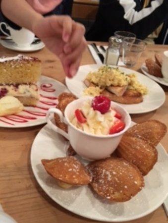 Middleton, UK: جانب من الطلبات التي تم طلبها في مطعط تي كب ويظهر فيه الكعك الانجليزي اللذيذ بنوعيه والبيض الاوم