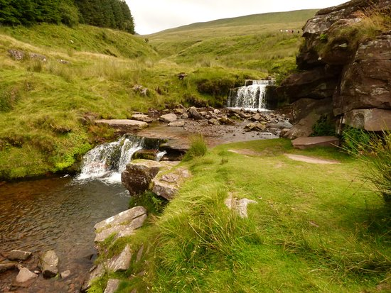 Brecon Beacons National Park, UK: Just above the car park, on the left, is this little cascade. Great picnic spot for non-walkers.