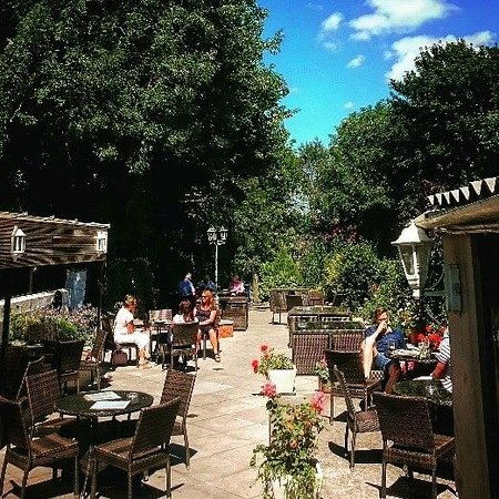Chipping Sodbury, UK: Beer garden