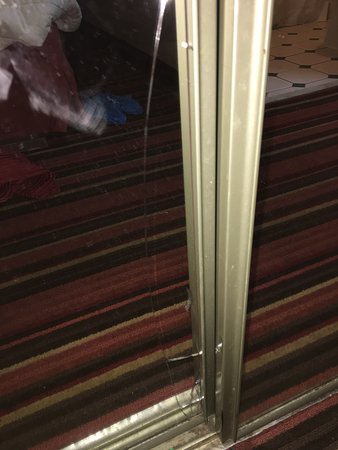 Quality Inn & Suites: cracked mirror/ closet door