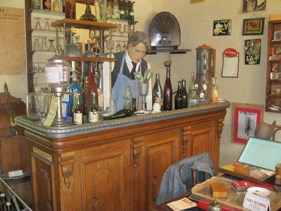 Chatelais, France : le barman