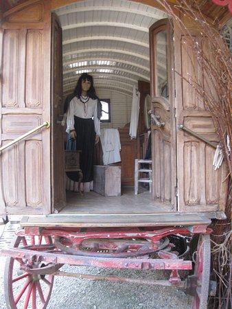 Chatelais, France : la gitane dans sa roulotte