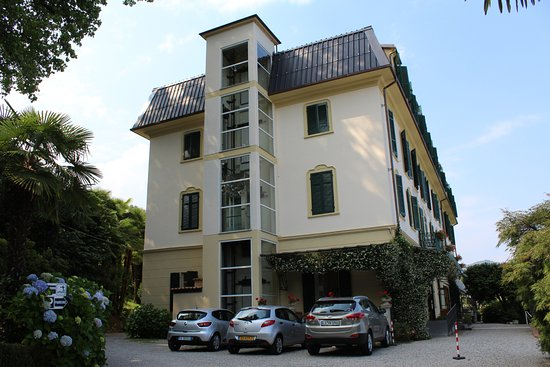 Hotel Villa Paradiso : One of the hotel's lifts and entrance drive