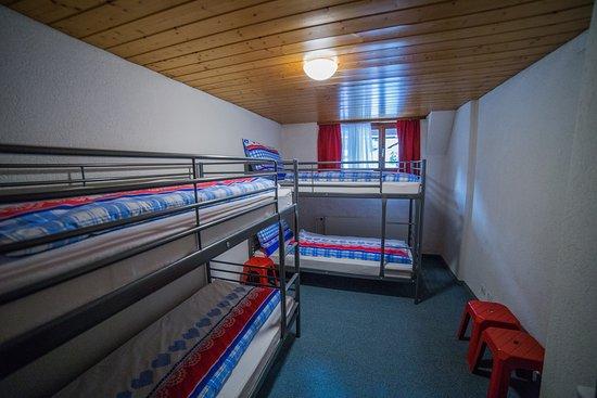Orsieres, สวิตเซอร์แลนด์: Hôtel Terminus, Orsières ~ Côté Auberge, Dortoir mixte de 4 lits