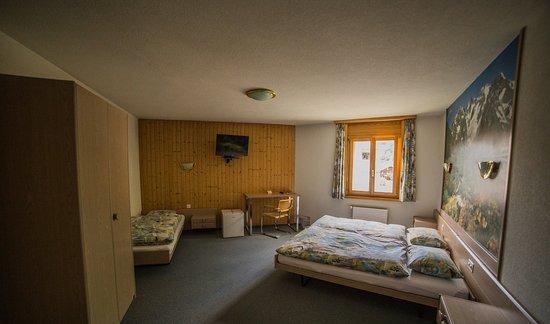 Orsieres, สวิตเซอร์แลนด์: Hôtel Terminus, Orsières ~Côté Poste, Chambre triple