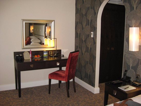 Oakley, UK: Dressing table and archway to dressing/storage area.