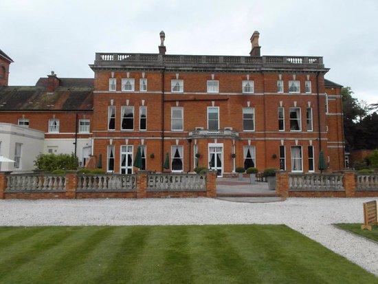 Oakley, UK: Rear of hotel from the garden