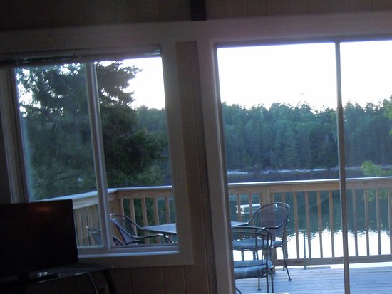 Quahog Bay Inn in Harpswell, Maine: Looking out of the livingroom toward the deck
