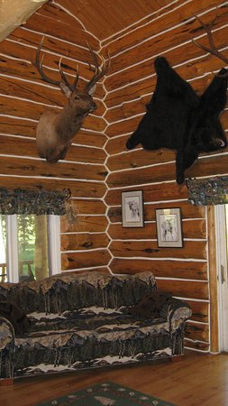 Skyline Guest Ranch and Guide Service: The main room in the Skyline lodge.